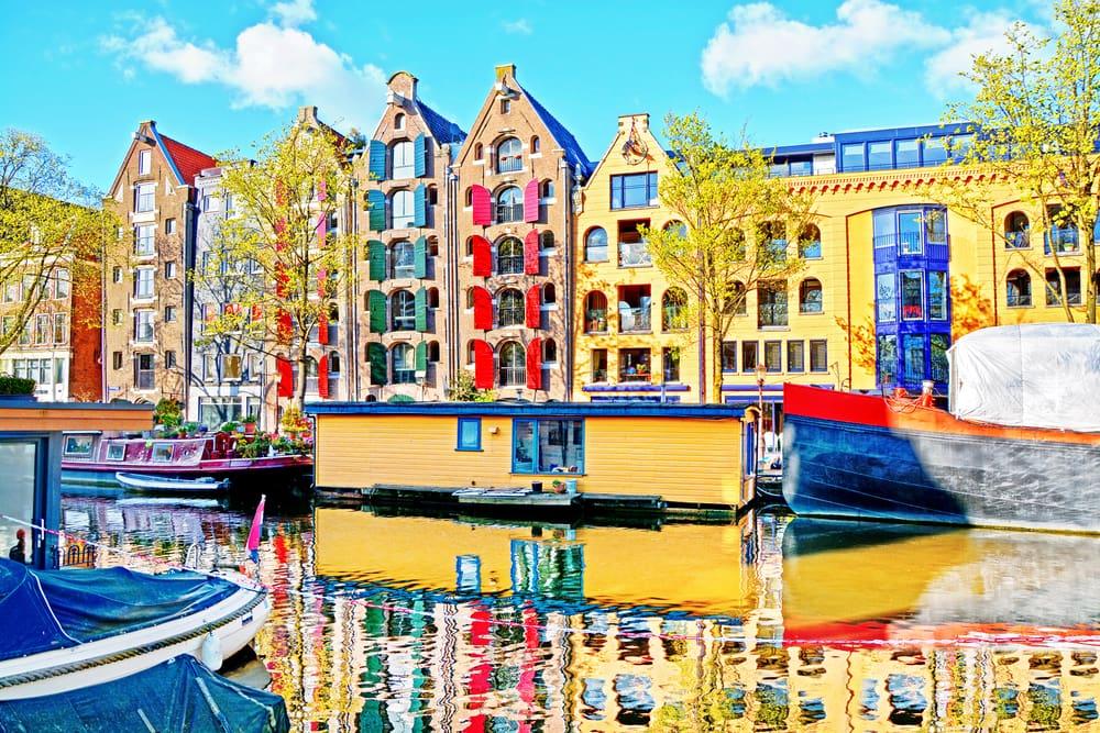 Amsterdam i Holland - Husbåde i en af byens mange kanaler