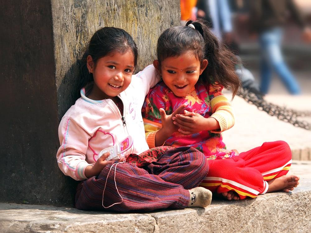 Børn der leger på gaden - Katmandu i Nepal