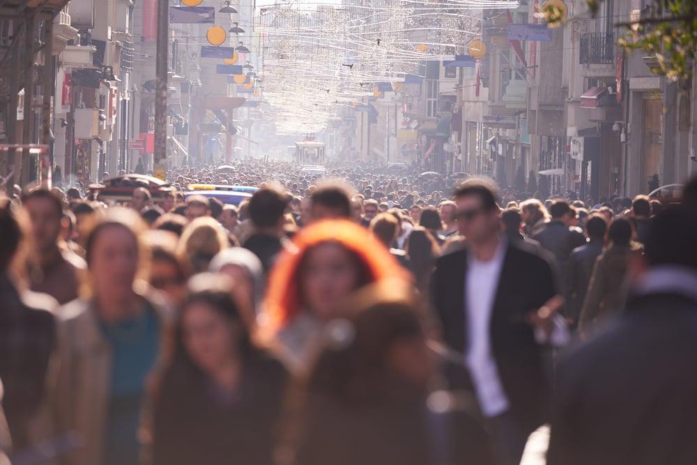 Mennesker på gaden i Istanbul i Tyrkiet