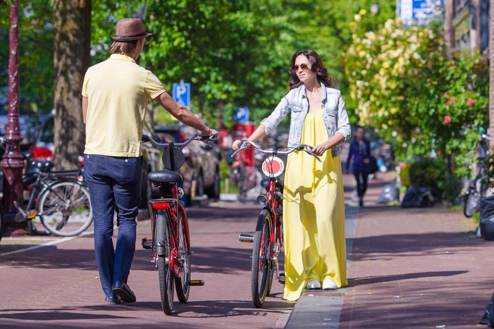 Ungt par på cykel - Amsterdam i Holland