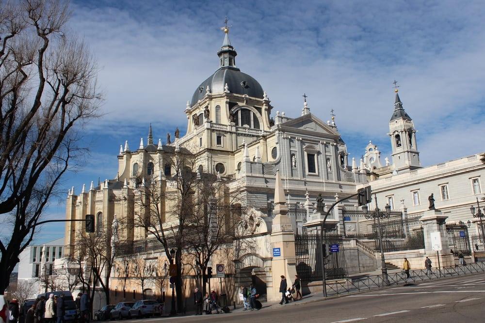 Catedral de Santa Maria la Real de Almudena - Madrid i Spanien
