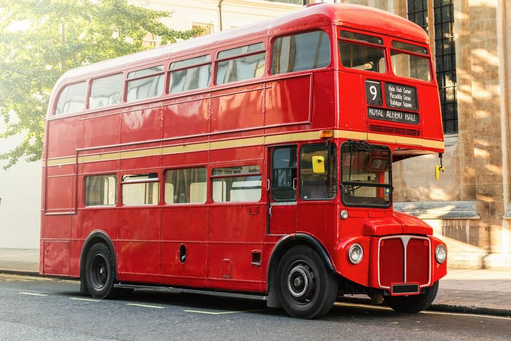 Klassisk rød dobbeltdækkerbus - London i England