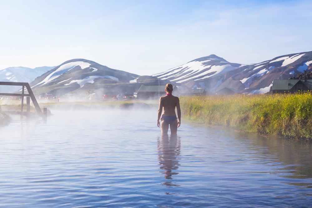 Afslapning i varm kilde på Island