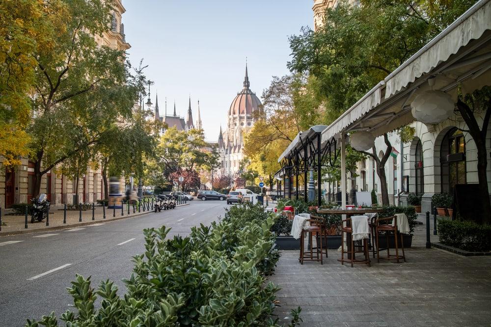 Café foran det ungarnske parlament - Budapest i Ungarn