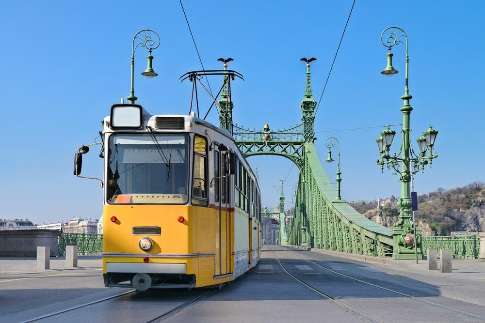 Sporvogn på Frihedsbroen - Budapest i Ungarn