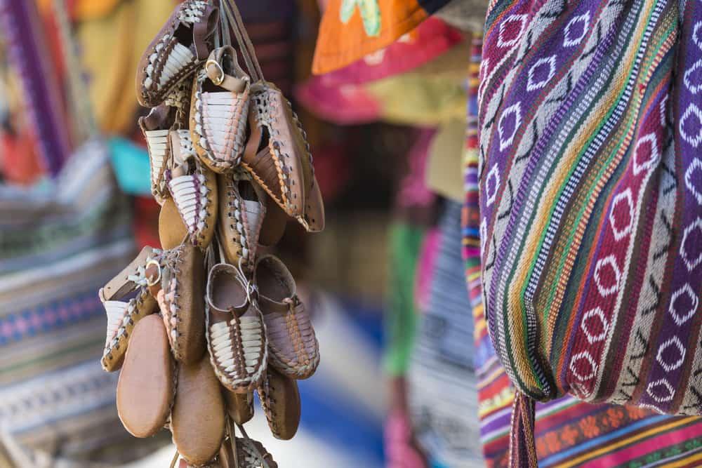 Traditionelle lædersko i souvenirbutik- Skopje i Markedonien