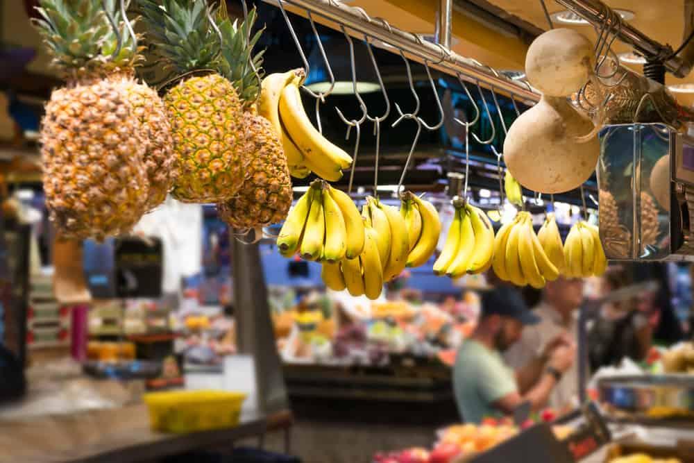 Bananer og ananas i en butik i La Boqueria