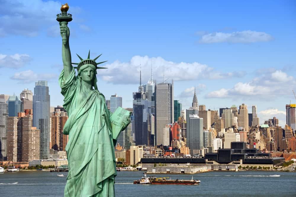 Frihedsgudinden i New York med Manhattan skyline i baggrunden.