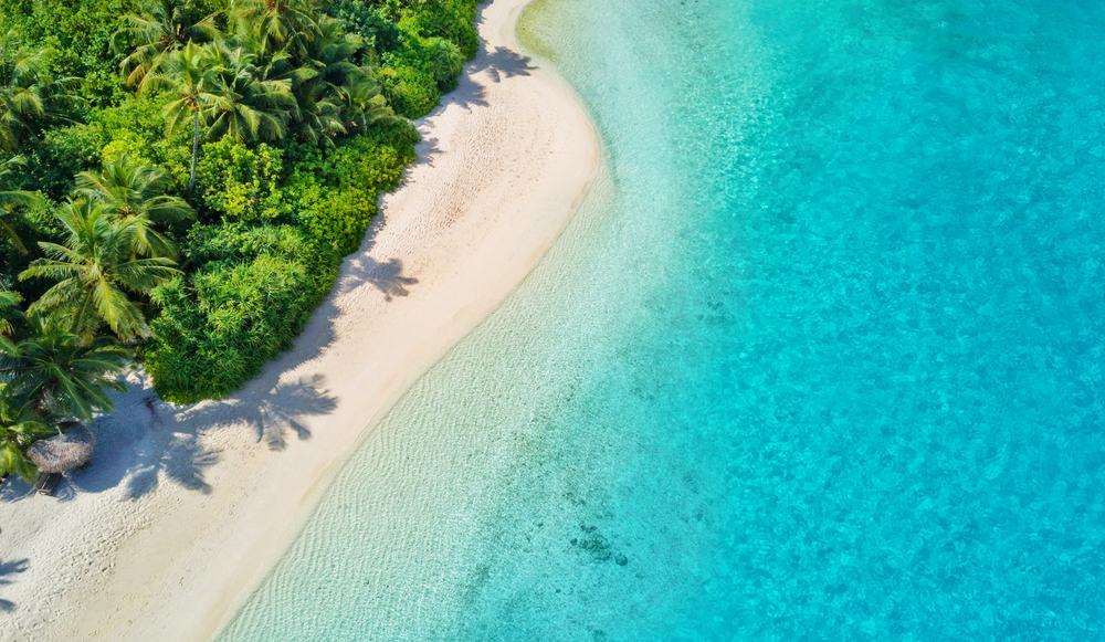 Hvid sandstrand og krystalklart hav på Maldiverne
