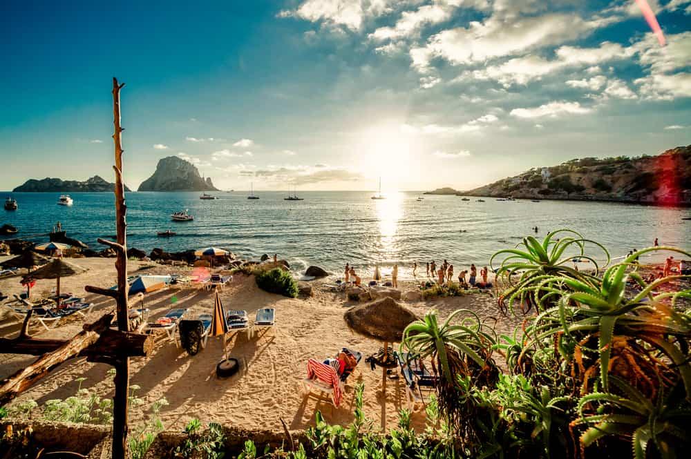 Smuk strand på Ibiza i Spanien