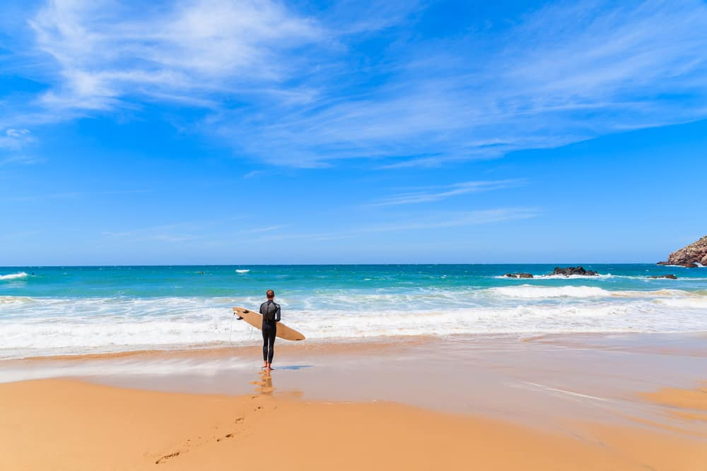 Surfer på strand i Potugal