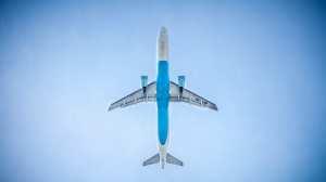 Fly - blå himmel - rejser