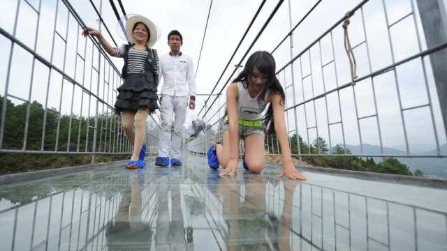 Cina - ponte di vetro, divertimento in viaggio - viaggio