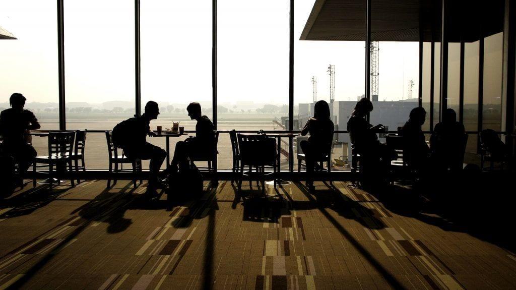 Lufthavn - mennesker stole borde - rejser