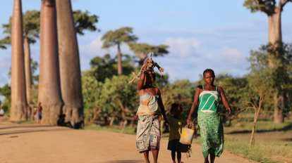 Madagascar - child women culture - travel