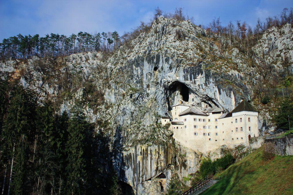 Trine Søgaard - Slovenien - Predjama Slot - bjerg