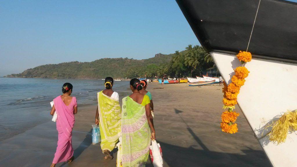Inde - Goa, Palolem - belles femmes indiennes en sari en route pour les tâches quotidiennes - voyages