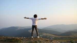 bjerg åbne arme glad menneske rejser