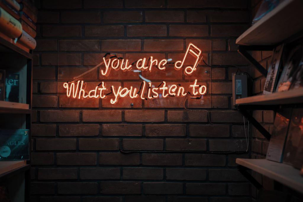 SAD - zid, slušanje, neonski natpis - putovanje