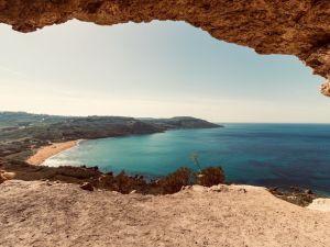 Cestování po pláži na Maltě Gozo