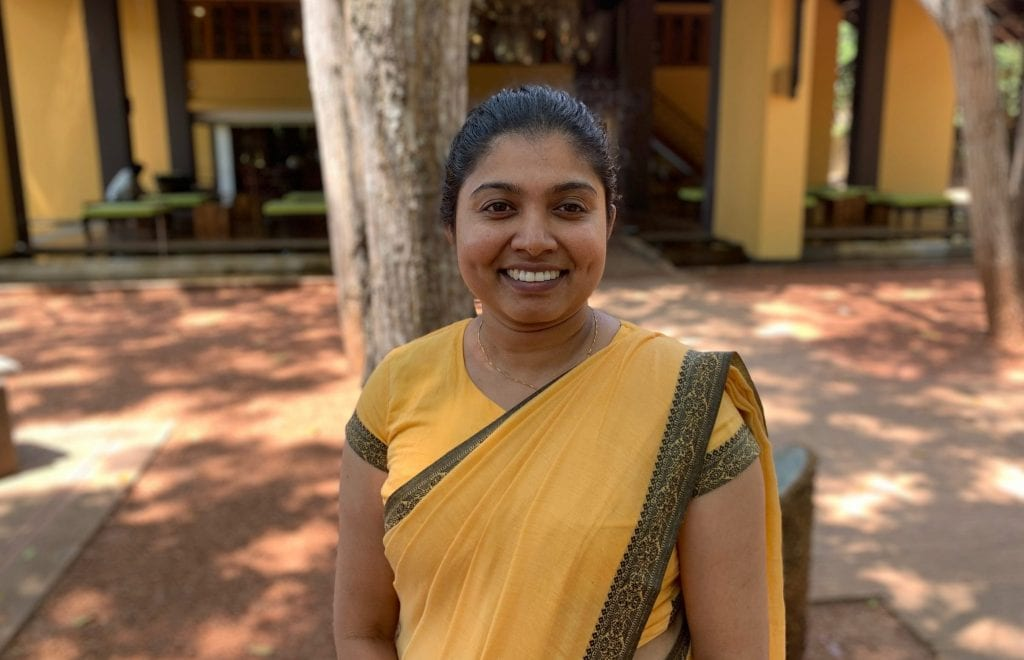 श्रीलंका - बर्बेरिन आयुर्वेदिक बीच रिसोर्ट वेलिगामा - साड़ी में महिला - यात्रा