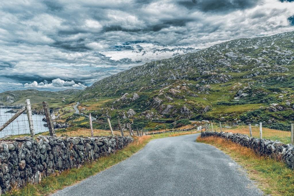 Irland - vei - kyst - klipper - landskap