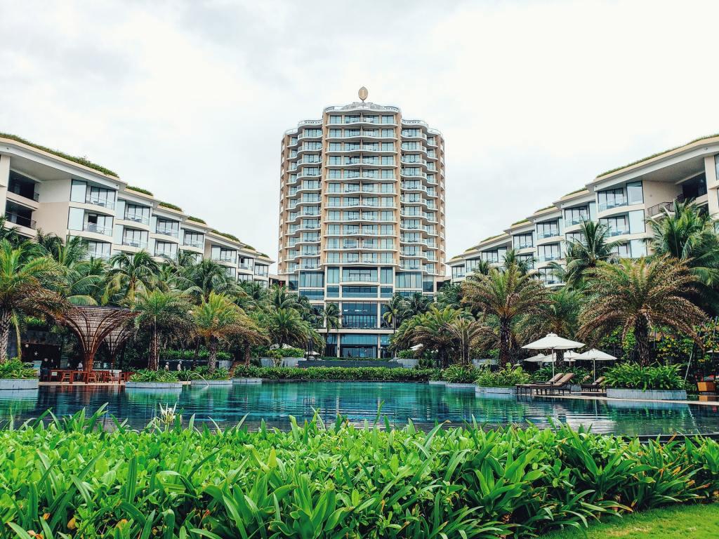 hotel, bazen, palme, priroda, ležaljka, putovanje