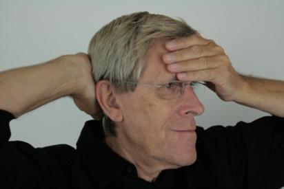 Stirn Hinterkopöf halten - Locker und entspannt
