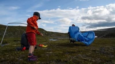 Reldin Adventures - Jämtlandsfjällen - Barn reser tält i fjällen