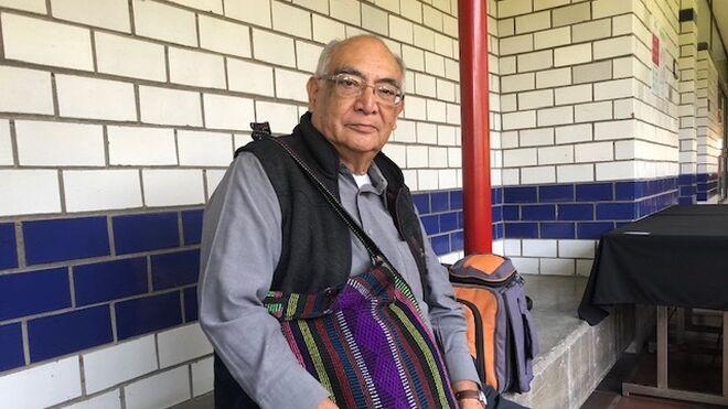 El Padre Gustavo Rodríguez con su morral