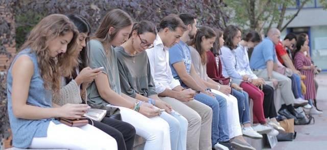 Jóvenes rezando frente a un abortorio