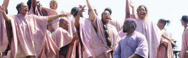 Kanye West con su coro, en uno de los encuentros de oración cantada al aire libre... el disco va a acompañar a una película musical con esos materiales