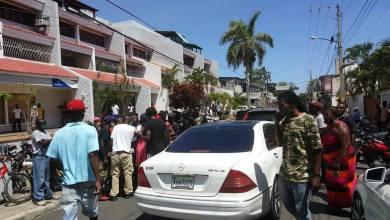 Photo of Nacionales haitianos se amontonan frente al banco de reserva de Sosúa, exigiendo supuesto dinero depositado.