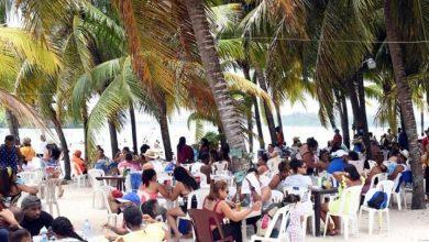Photo of Ciudadanos disfrutan en playa Boca Chica sin distanciamiento social