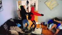 Photo of Niño tratando de enfrentarse a hombres armados en su casa