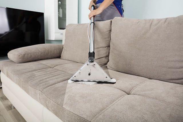A limpeza do sofá com o aspirador de pó, além de melhorar a aparência, elimina ácaros
