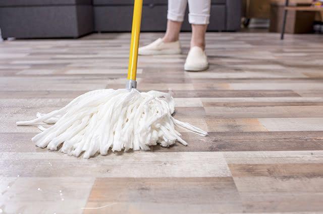 É indicado fazer uma limpeza mais completa nos pisos com cera uma vez por ano, no mínimo