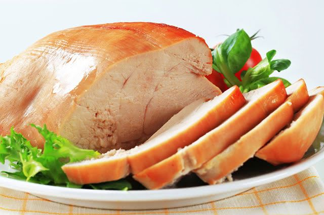 Um exemplo de carne branca são o frango e o peito de peru