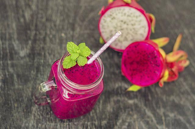 A polpa da pitaya é doce e macia. Seu sabor é semelhante ao kiwiemelão
