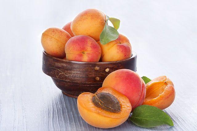 O damasco é rico em betacaroteno, agindo como anti-inflamatório para a pele