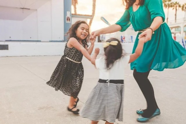 10 Awesome Children Photography Settings, Poses And Ideas To Capture Magical Moments For Families