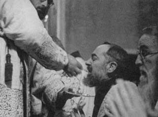 Até mesmo o Santo Padre Pio recebia a Comunhão de joelhos e sobre a língua. Será que ele não era