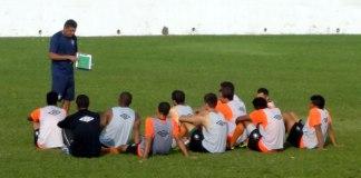 Flávio Araújo orienta os jogadores no centro do gramado