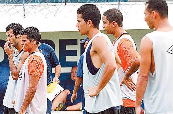 Jogadores treinam no Baenão