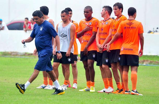 Flávio Araújo orienta jogadores remistas durante o treino