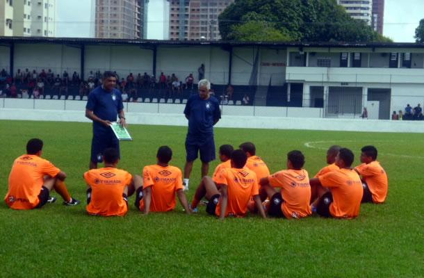 Flávio Araújo conversa com jogadores no gramado do Baenão