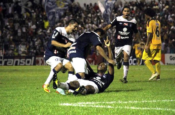 Val Barreto acertou um belo chute de fora da área e fez o gol da vitória remista