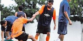 Thiago Galhardo sente a coxa no treino em Castanhal