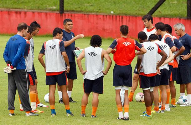 Flávio Araújo orienta os jogadores remistas durante um treino
