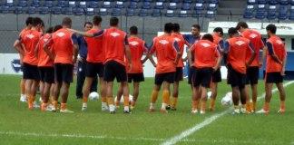 Flávio Araújo conversa com jogadores no Baenão